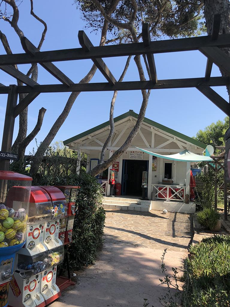 Restaurant dans le parc arboré de la résidence de Giens
