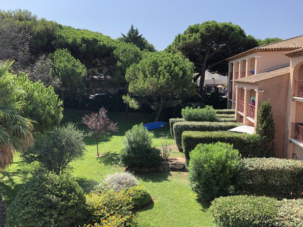 Parc arboré vue de la terrasse dans la résidence